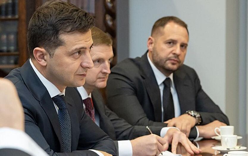 Стало известно о разногласиях в команде Зеленского вокруг вопроса о введении ЧП