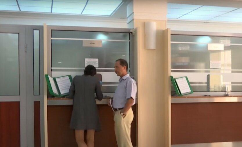 Банки могут замораживать деньги украинцев на счетах: названа причина