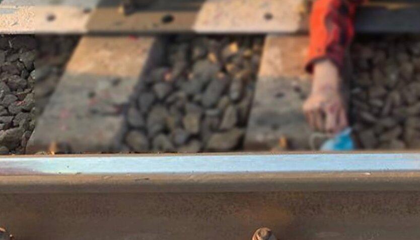 Под Киевом погиб ребенок под колесами поезда ради фото на рельсах