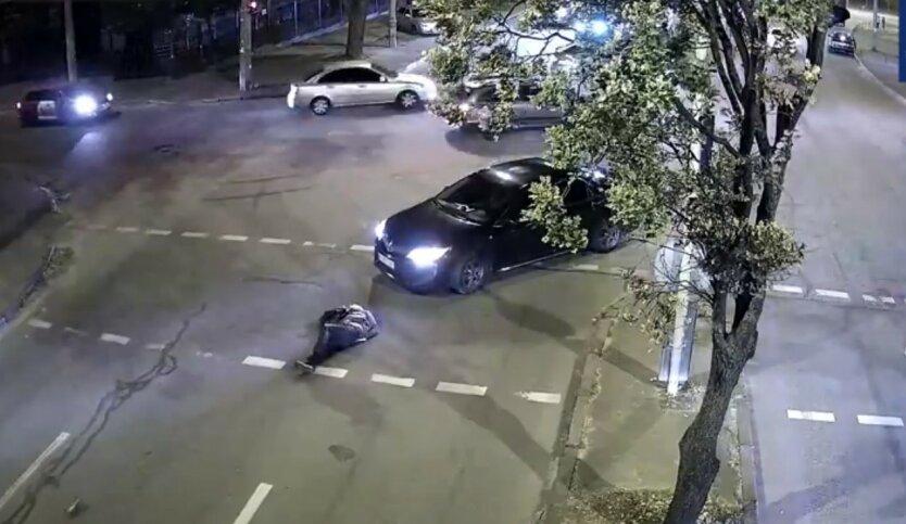 """В Киеве водитель сбил женщину на """"зебре"""": видео момента ДТП"""