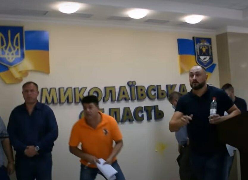 """Депутатов """"ОПЗЖ"""" забросали сырыми яйцами"""
