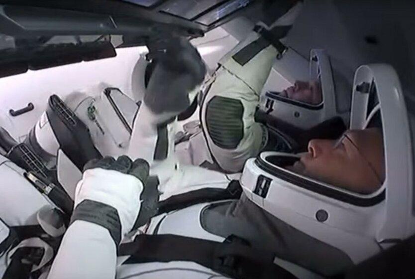 Космический корабль Crew Dragon успешно отстыковался и возвращается на Землю