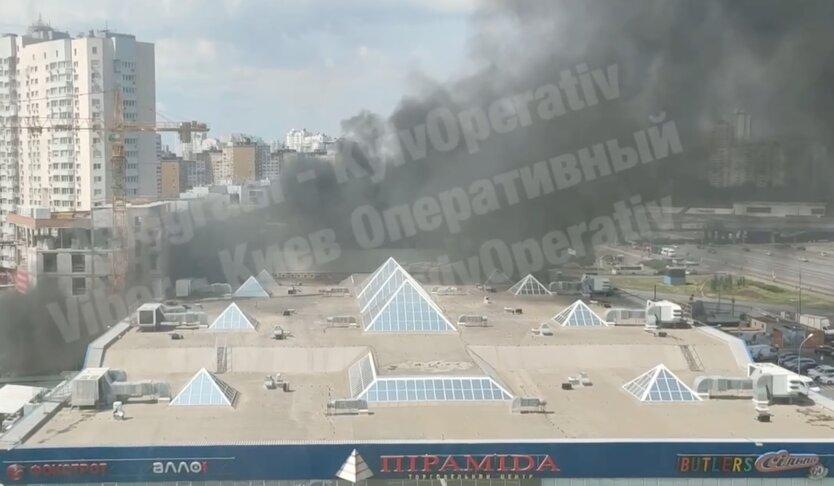 В Киеве вспыхнул пожар у ТЦ Пирамида: видео