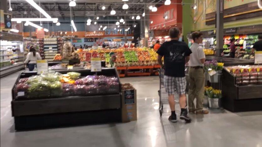 человек в овощном отделе