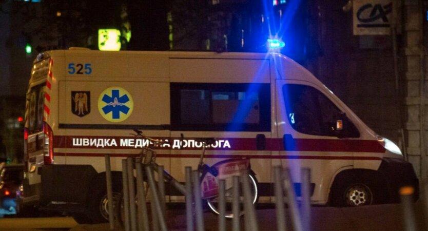 """В Киеве целая семья и врачи """"скорой"""" отравились неизвестным веществом"""