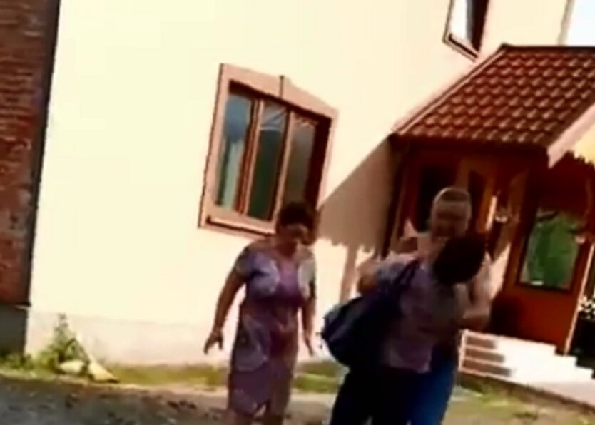 Полуголый депутат набросился с кулаками на украинку: видео