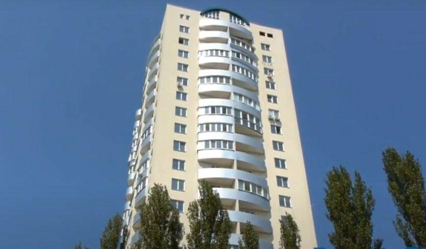 В Киеве школьница упала с 18-го этажа