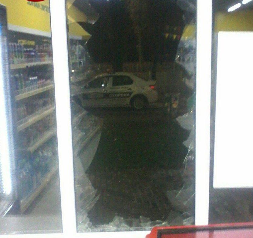 В Киеве вор выпрыгнул из окна магазина