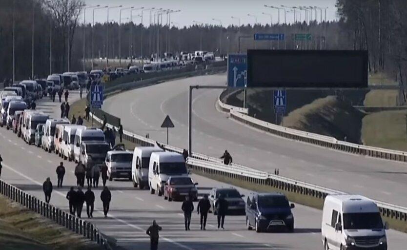 Огромная очередь украинцев выстроилась на границе с Польшей: видео