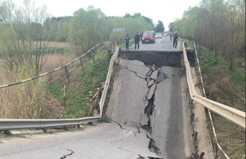 На трассе Львов-Луцк обвалился мост: фото и видео