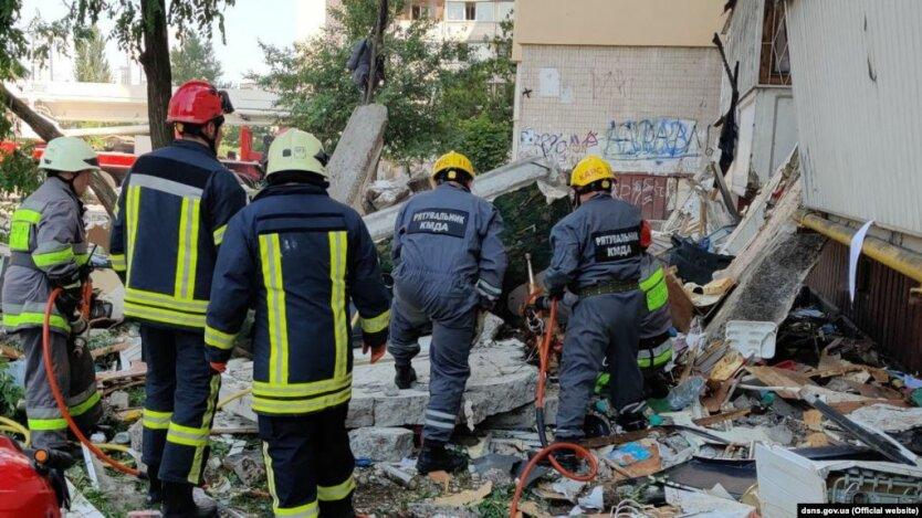 Спасатели работают на месте взрыва, взрыв на Позняках
