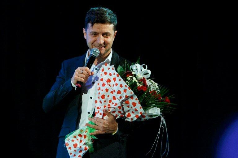 президент украины владимир зеленский держит цветы