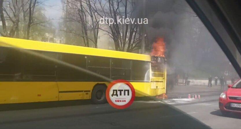 Загоревшийся автобус в Киеве, пассажирский автобус, спасатели