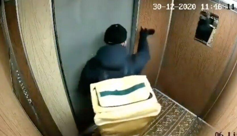 Курьер Glovo в лифте