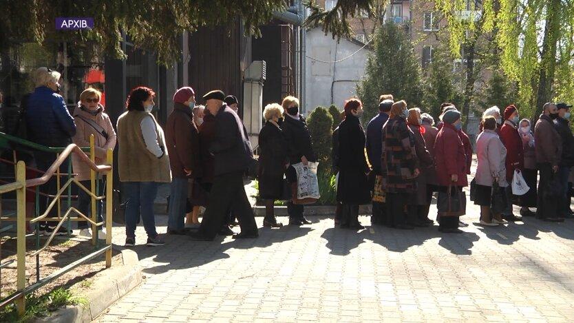 Очередь пенсионеров в Украине в отделение соцпомощи