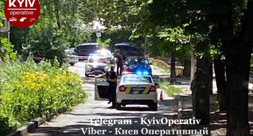 В Киеве перекрыли улицу: подозревают минирование автомобиля