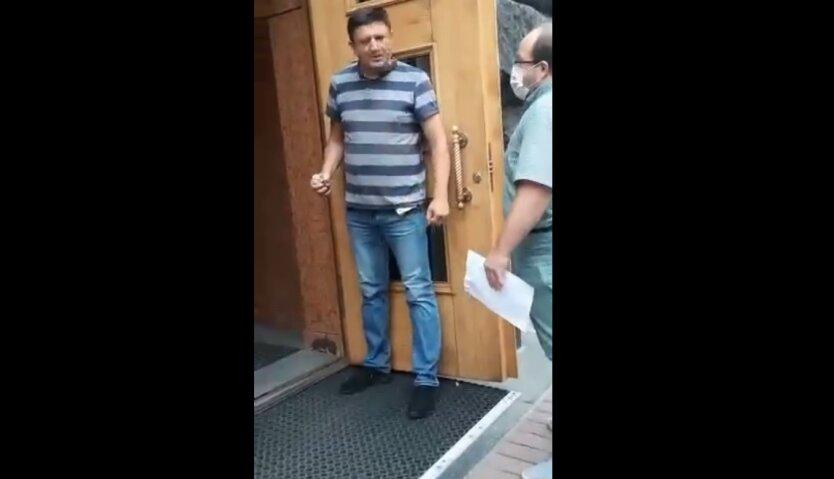 Неизвестный мужчина угрожает взорвать гранату в помещении Кабмина: видео