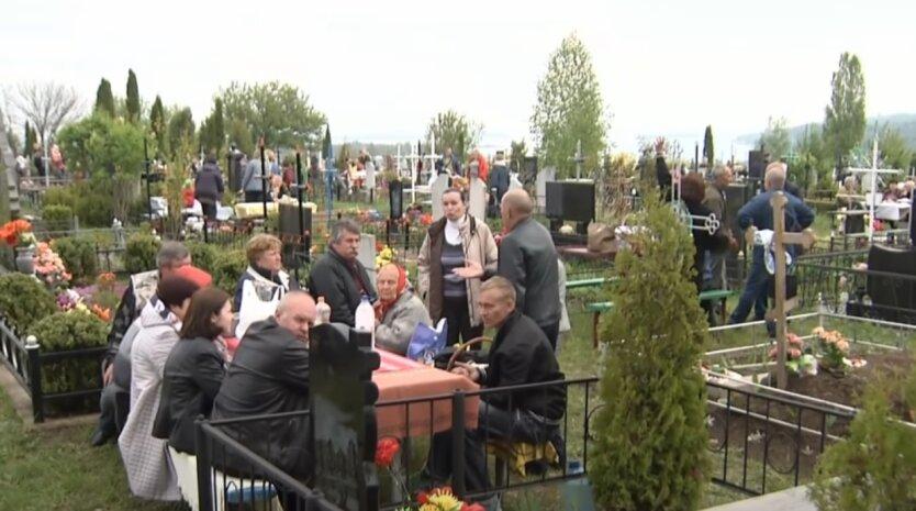 Кладбище, Киев, поминальные дни