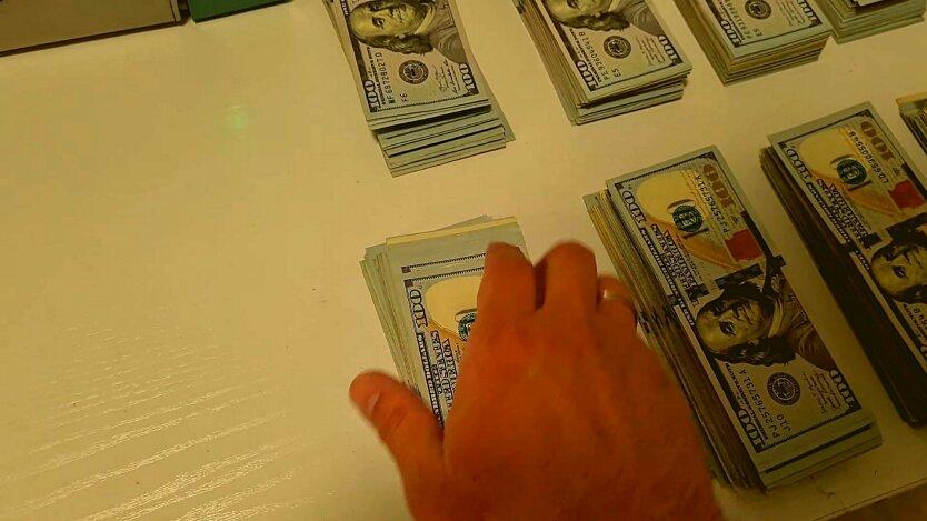 Пачки по 100 долларов