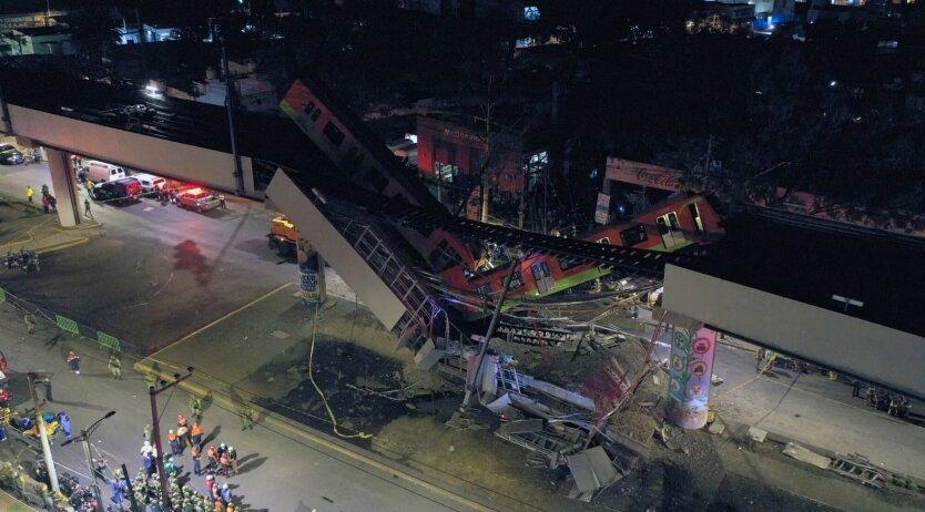 В Мексике вагоны метро рухнули с эстакады, много жертв