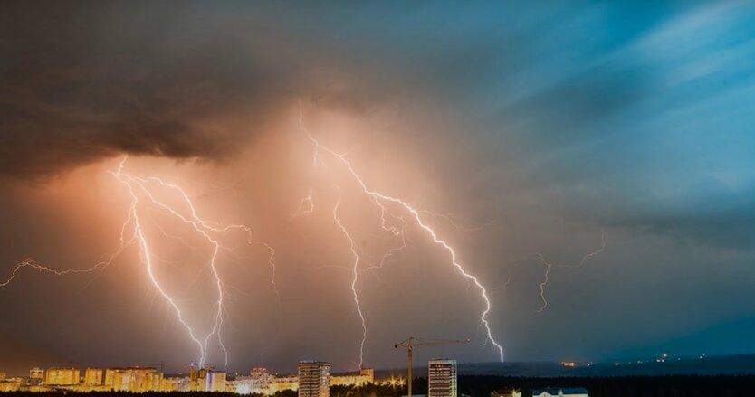 Сегодня Киев забросает градом, а завтра зальют грозовые дожди