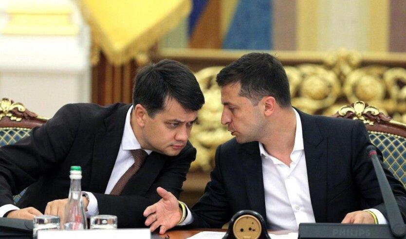 Владимир Зеленский и Дмитрий Разумков разговаривают