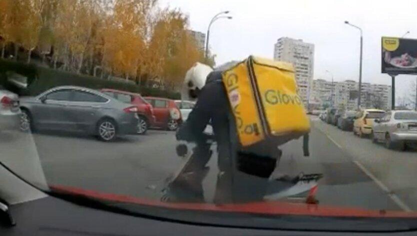 Курьер Glovo в киеве избил водителя