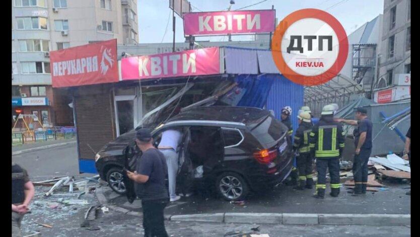 В Киеве авто BMW Х5 протаранил два киоска