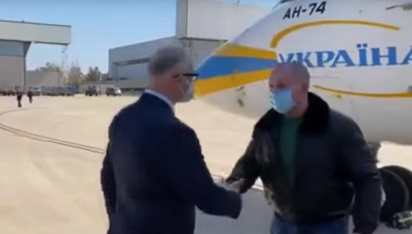 С флагом и под песни Русланы: украинских медиков встретили в Италии