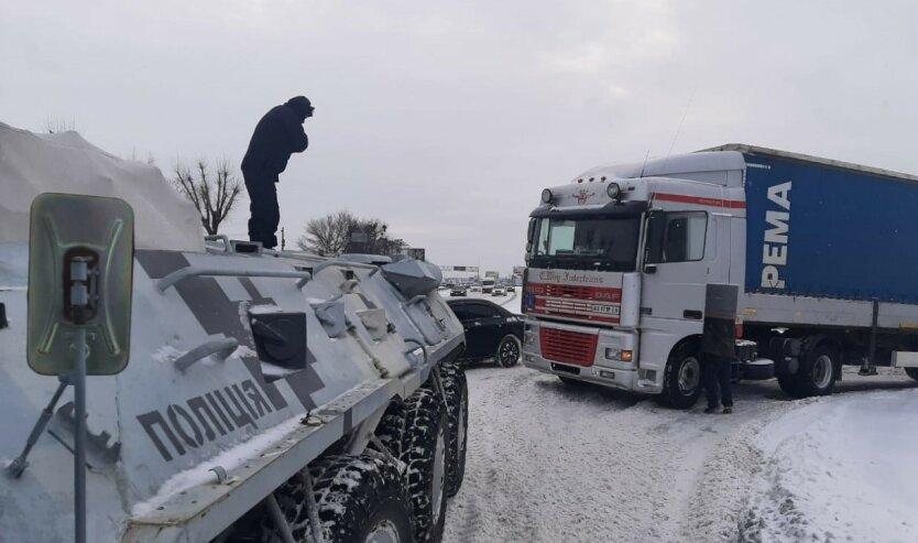 Киеву с непогодой помогают бороться БТРы: видео