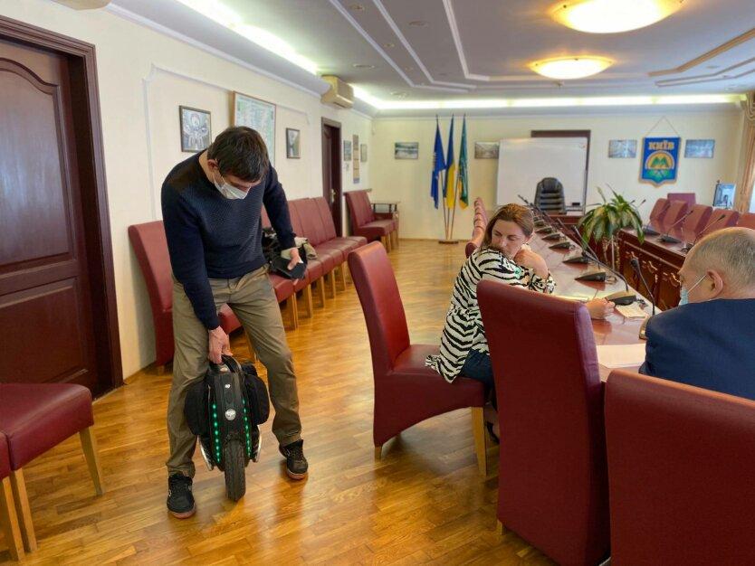В киевском метро ввели новые правила перевозки велосипедов, моноколес и самокатов