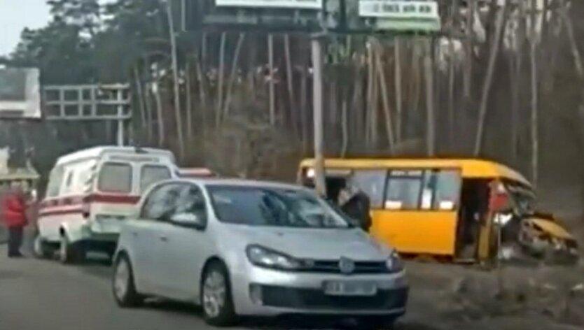 Под Киевом маршрутка слетела с дороги: видео