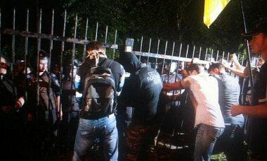 Двести человек штурмовали РОВД в Киеве: повален забор, 6 милиционеров в больнице