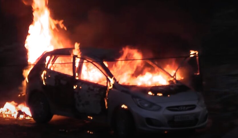 В Киеве загорелось припаркованное авто: видео