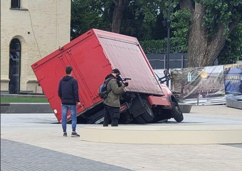 В Киеве грузовик провалился под землю прямо на площади: фото и видео