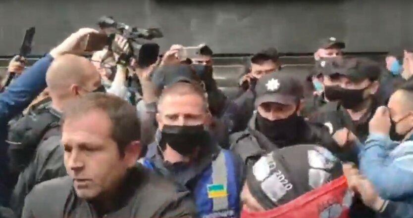 В Киеве под Офисом Зеленского жгли шины из-за Ермака: видео