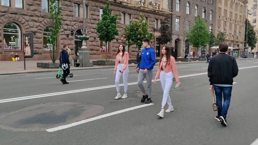 Люди на Крещатике в Киеве