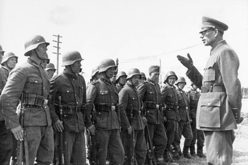 Генерал Андрей Власов инспектирует Русскую освободительную армию