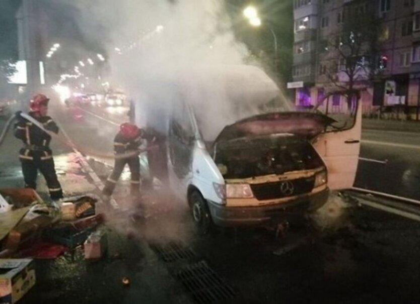 В Киеве сгорел автомобиль,Пожар в Киеве,В Киеве горел автомобиль,ГСЧС