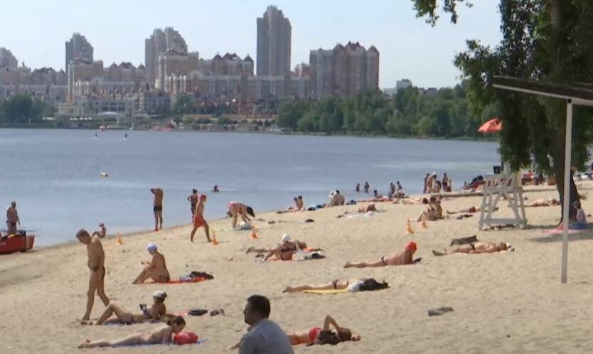 Украинцы отдыхают на пляже возле реки