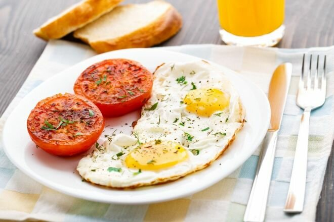 завтрак яйца яичница еда хлеб сок помидоры