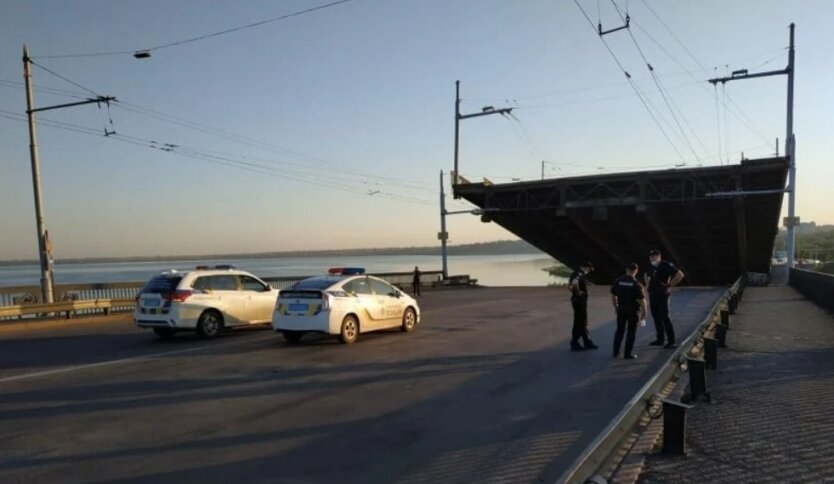 В Николаеве внезапно развелся мост