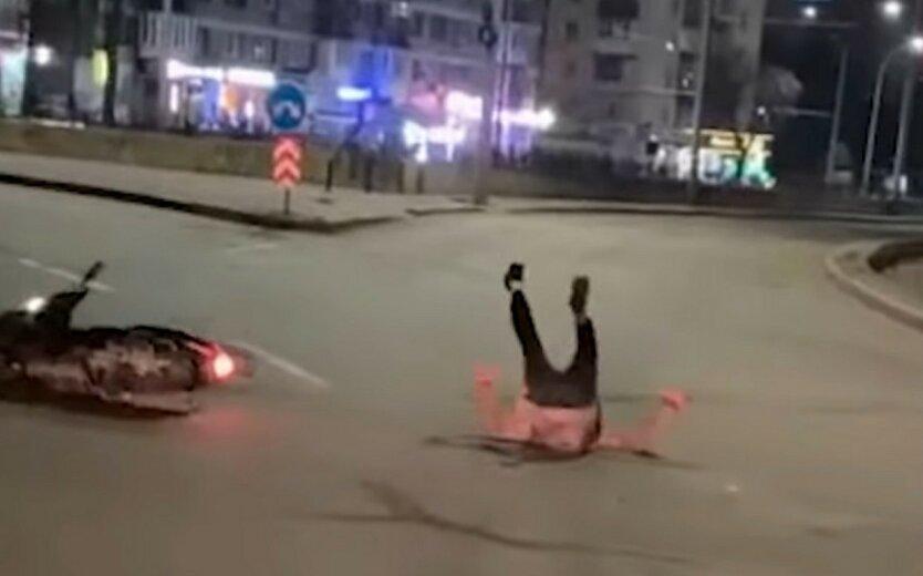 В Киеве пьяный водитель влетел в ограду: видео