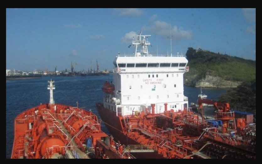 У берегов Бенина напали на танкер с украинцами на борту: 15 человек захватили