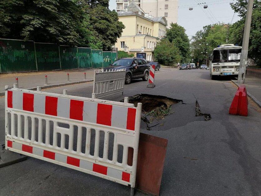 Асфальт провалился в Киеве