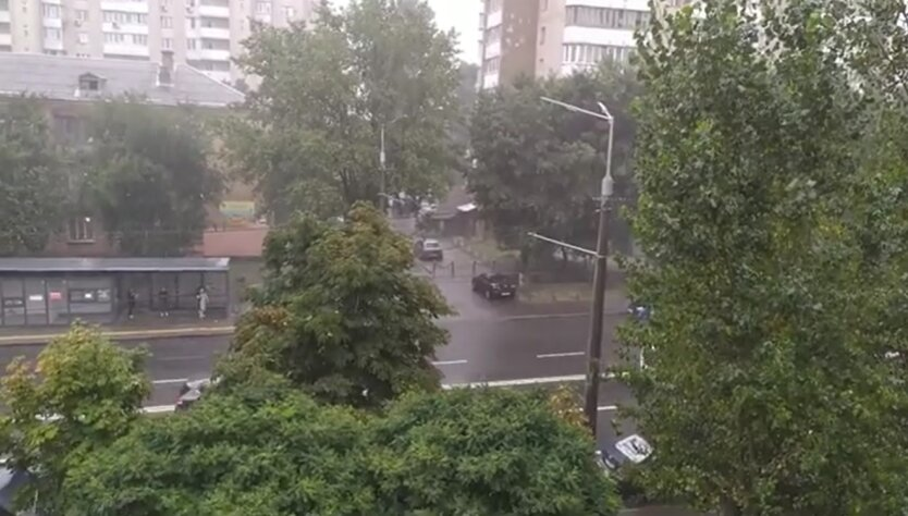 Ливень в Киеве, затопленные дома, сильный ветер