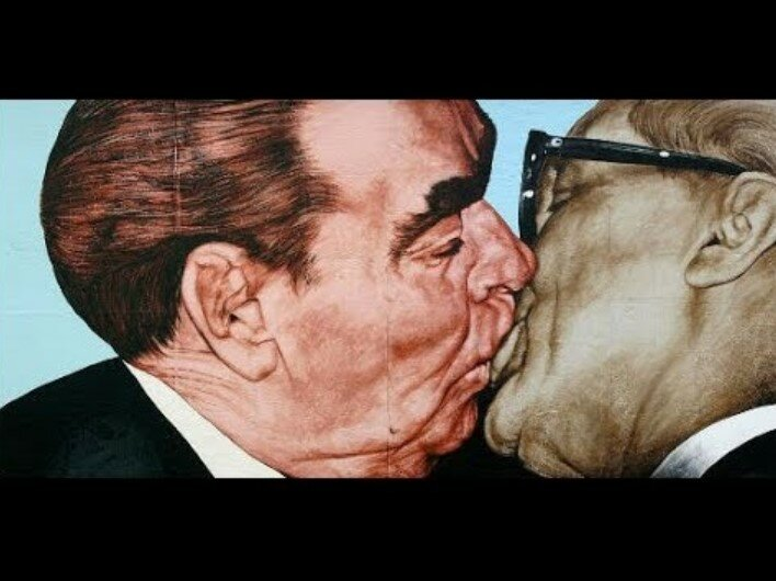 Леонид Брежнев целуется