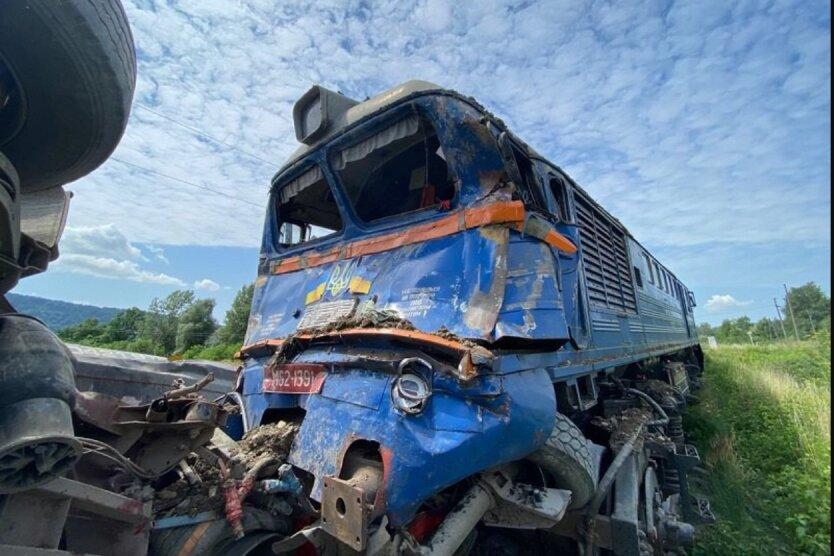 Пассажирский поезд столкнулся с фурой на Закарпатье: есть пострадавшие
