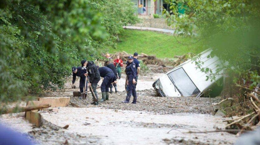 """""""Укрзализныця"""" отменила поезда из-за наводнения на Западной Украине"""
