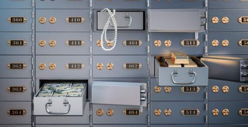 """Спишут деньги с карт и """"опустошат"""" банковские ячейки: что ждет должников"""